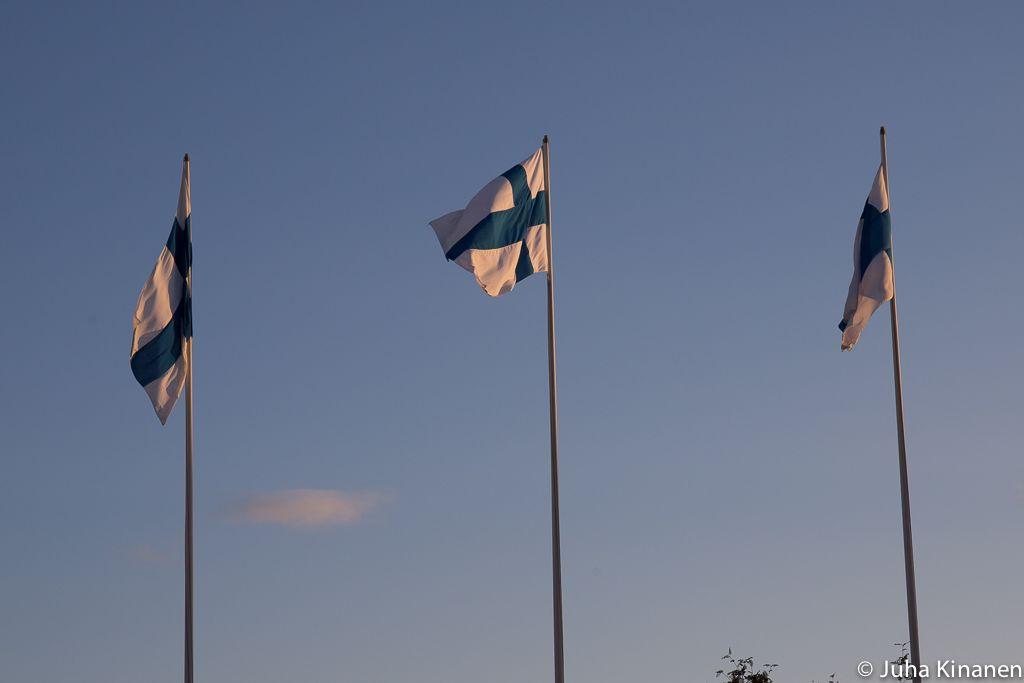 Kolme suomenlippua liehumassa