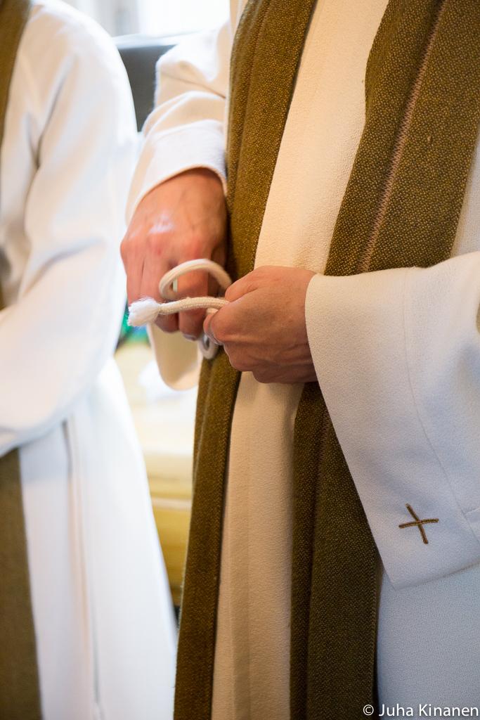 Papin alban vyöttäminen