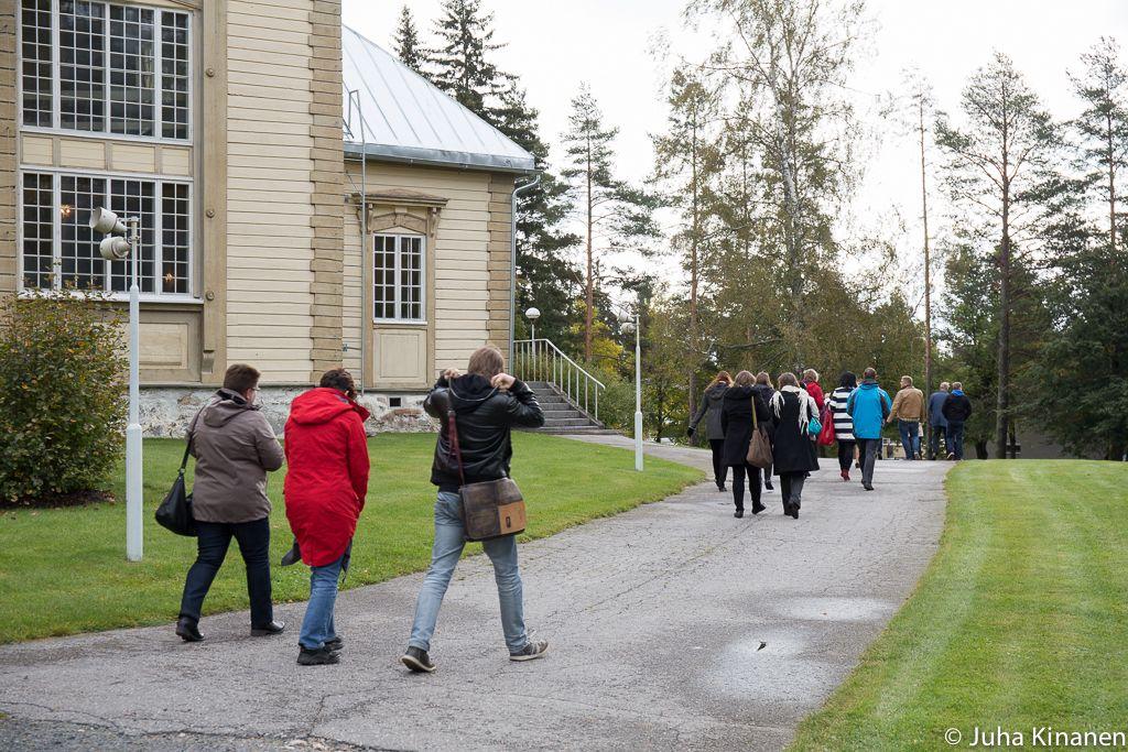 Ihmisiä kirkonmäellä poistumassa kirkosta
